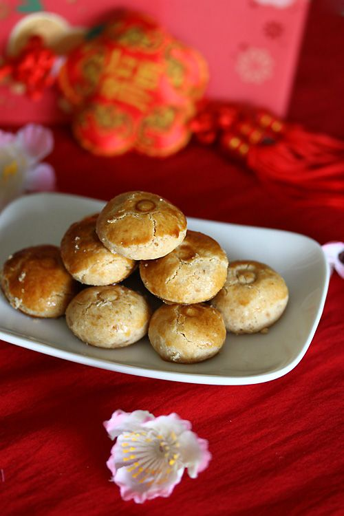 Peanut cookie is a traditional Chinese New Year cookies. Shaping them into round balls, slightly flattened them with the cap of toothpaste to form the circle pattern on top of the cookies before brushing the top with an egg wash. Peanut cookies are crumbly and absolutely addictive. #cookies #lunarnewyear
