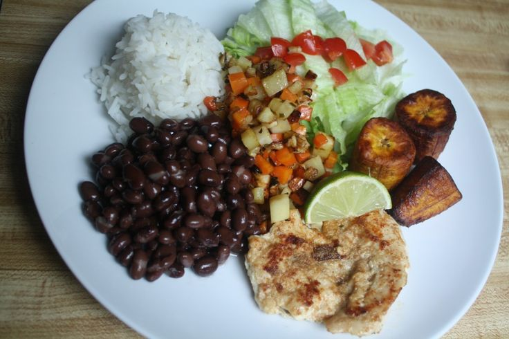 This is a typical dinner in Costa Rica. This plate includes fried bananas, chicken, rice, and beans, as well as food toppings. This meal is called a casado. Other dinners in Costa Rica may include seafood.