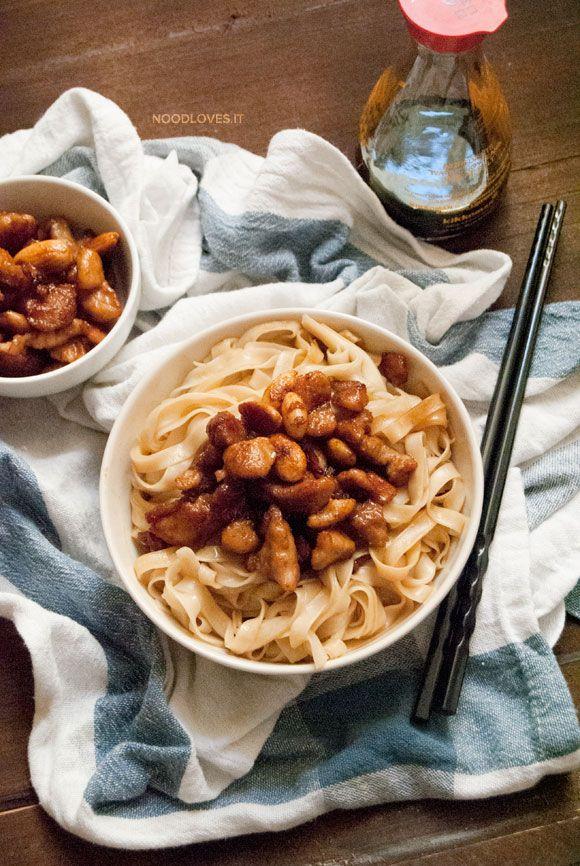 Ragù di Pollo alle mandorle con Noodles cinesi
