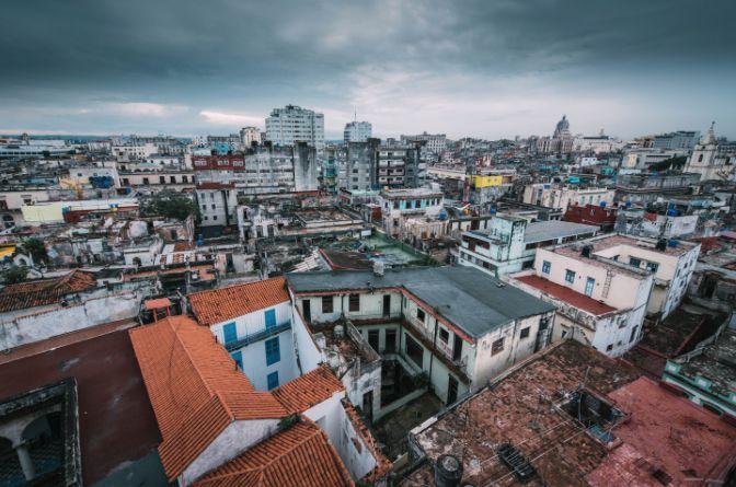 """""""In Transition"""" : C'est l'environnement urbain qui inspire Aliocha, jeune photographe passionné, qui souhaite saisir les évolutions des villes du monde entier...  https://starter.globedreamers.com/crowdfunding/travels/la-beaute-dans-l-abandon"""