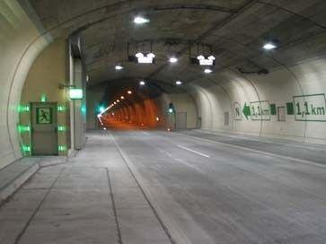http://www.faz.net/aktuell/reise/test-jede-sechste-tunnelfahrt-ist-ein-risiko-1232327/baregg-tunnel-schweiz-1249796.html