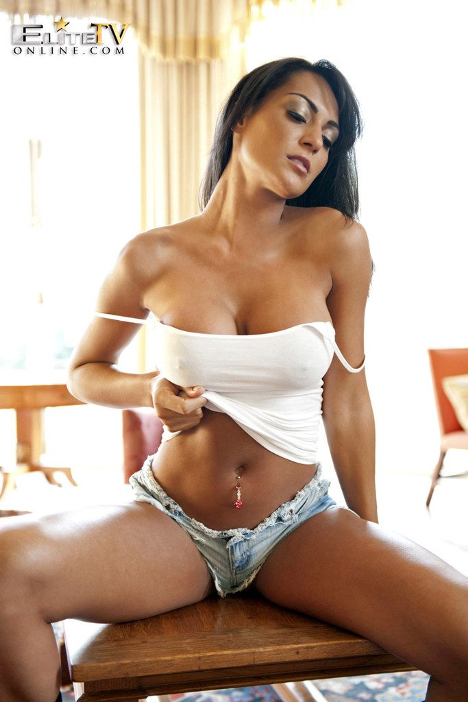 Black haired bimbo wants to try something new and freaky 1