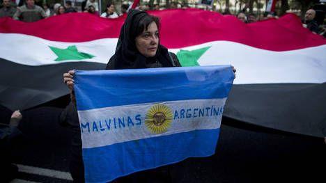 Una mujer siria en Buenos Aires, rechaza la intervención militar norteamericana en su país. (AP)