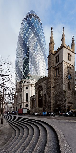 Los maravillosos contrastes de la arquitectura londinense ... el Pepinillo (Gherkin) y un edificio medieval ...
