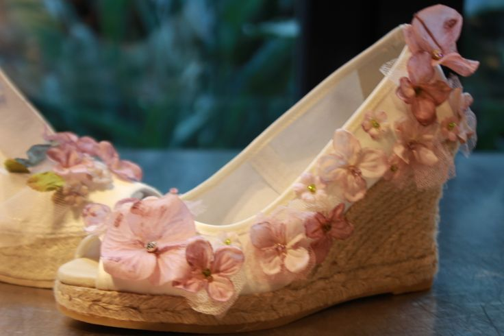 Look super romantico con estas alpargatas en raso marfil decoradas con flores rosas pintadas a mano una a una. Romantic shoes-hand painted pink flowers on ivory satin espadrilles