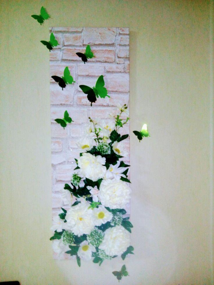 DIY Quadro realizzato con asse in legno, tappezzeria sagomata e fiori finti
