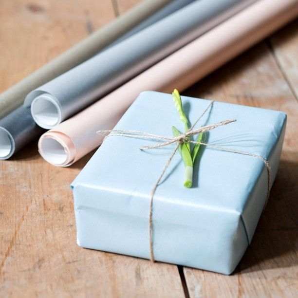 Anna likes to use the season's greenery when wrapping presents. Gift wrapping in five colours. Price DKK 7,48 / SEK 9,98 / NOK 9,88 / EUR 0,98 / ISL 218 / GBP 0.84  #giftwrapping #paper #presents #gifts #party #inspiration #sostrenegrene #søstrenegrene