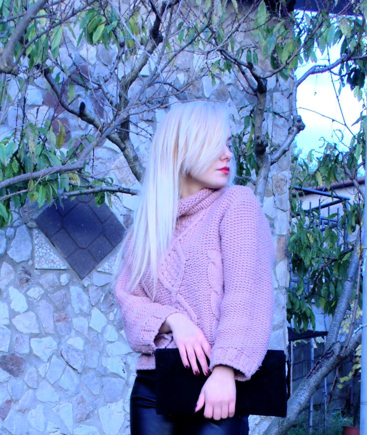 Un maglione rosa caldissimo outfit pantaloni di pelle Teresa Morone blogger italiane pelle pallida