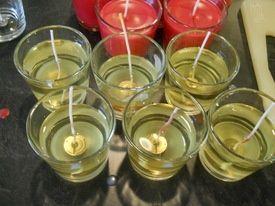 Vi basterà avere a disposizione un bicchiere di vetro, magari recuperato proprio da una vecchia candela di cera, per ottenere una nuova candela ad olio. Consiglio di ricoprire lo stoppino di cera, o di utilizzare uno stoppino già cerato, in modo da fissarlo al centro del bicchiere. Per riempire la candela userete del comune olio d'oliva. Vanno bene anche l'olio di mais o di soia.