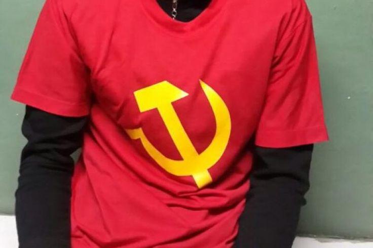 Personel TNI AD Boyong Pria Berkaus Palu Arit saat Asyik Olahraga  Konfrontasi -Niat hanya untuk berolahraga di kawasan Lapangan Merdeka Medan Sumatera Utara seorang pria bernama M Zulkifli justru diamankan anggota personel TNI AD Minggu 29 Januari 2017. Ia ditangkap karena mengenakan kaus putih berlambangkan palu arit.  Pria berusia 31 tahun ini diboyong personel TNI AD ke Markas Komando Kodim 0201/BS dan harus menjalani pemeriksaan. Zulkifli yang merupakan warga asal Desa Tanjung Pasir…