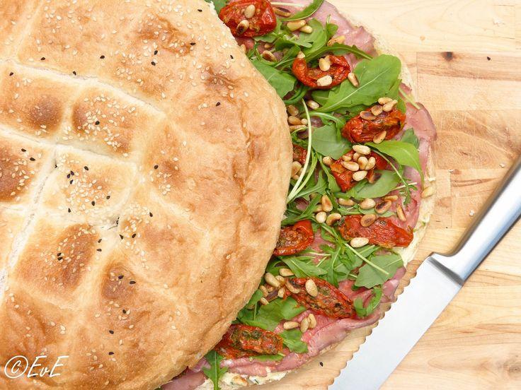 Turks brood met rosbief, zongedroogde tomaten en rucola