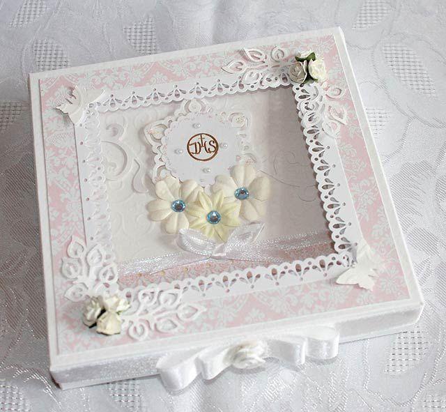 Ręcznie wykonaną kartkę warto włożyć do odpowiednio udekorowanego pudełka, które sprawi jeszcze większą radość obdarowanej osobie.