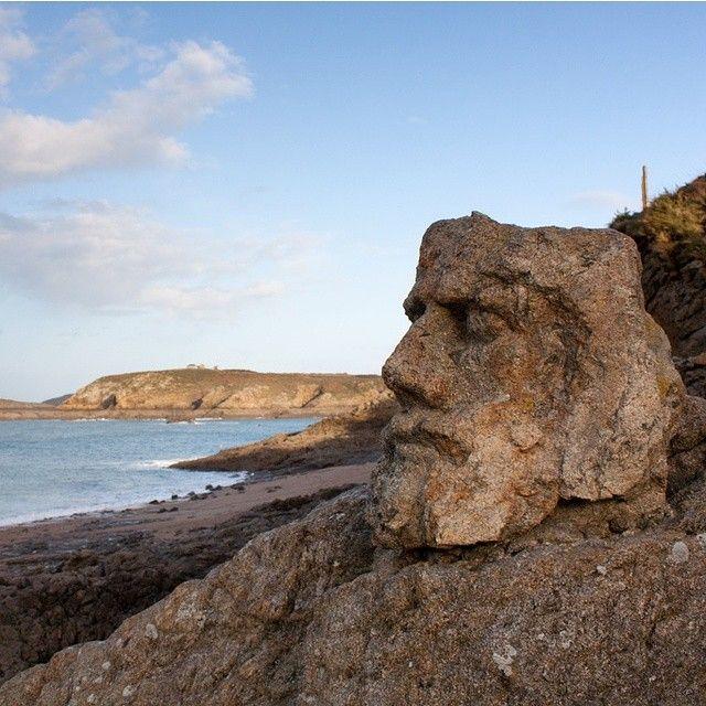 De nouvelles têtes découvertes sur l'île de Pâques ? Non, ce sont les rochers sculptés de Rothéneuf, proche de St Malo.