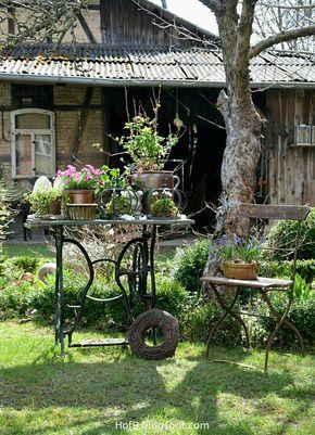 Gartendekoration mit Nähmaschine
