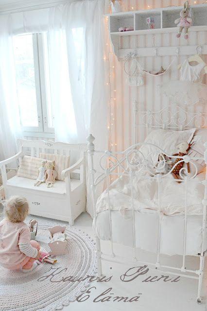 Lastenhuoneeseen vähän tyttömäistä romantiikkaa, ei kuitenkaan ehkä näin paljon...