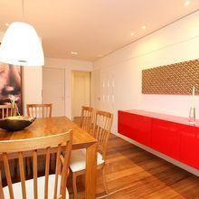 Sala de estar com armário vermelho