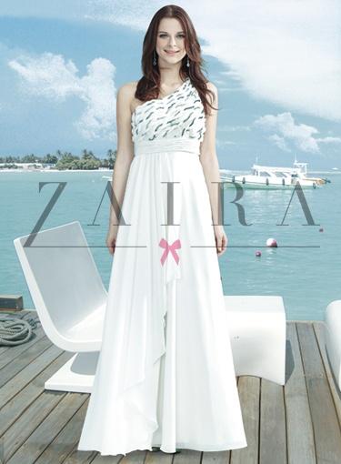 V bielej vhodné ako svadobné šaty a v krémovej farbe.