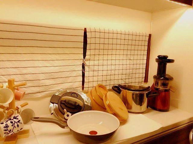 キッチンのカップボードにはレンジやオーブンを置いていて残りの半分はフリースペースで普段は何もない空間✨ かさばる大きな鍋やフライパンなど洗った後の一時置き場として便利。 ・ 窓にはとりあえずIKEAの布を貼ってある状態でどうにかしなくちゃで…。 日差しが眩しい&目かくし用に😿 ・ ・ #キッチン #水切りかごの無い生活 #暮らしを楽しむ #間接照明 #ティファール #イケア #シンプルインテリア #インテリア好き #マイホーム #シンプルホーム #カップボード #台所道具 #simpleinterior #interiordesign #homestyling #kitchentools #intelimia#fabrics #kitchen  Yummery - best recipes. Follow Us! #kitchentools #kitchen