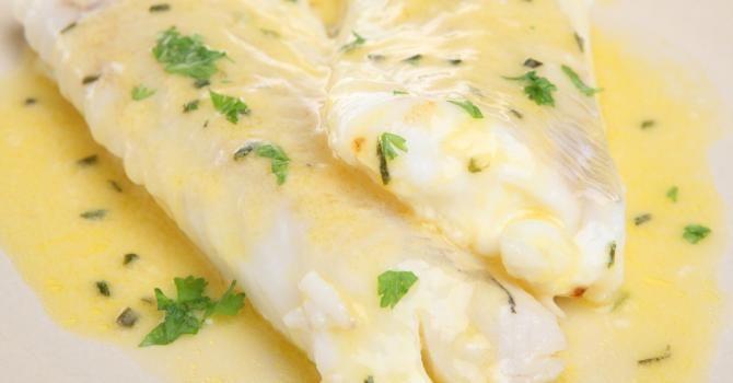 Recette de Filets de colin et crème légère au citron. Facile et rapide à réaliser, goûteuse et diététique. Ingrédients, préparation et recettes associées.