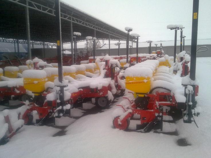 Seminatrici pneumatiche di precisone della Matermacc, in attesa di seminare e sommerse dalla neve invernale dei paesi dell'Est.