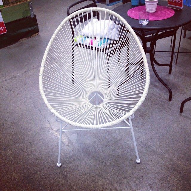 Denna stol stod och såg ensam ut på #öob !!! såg inget pris men har googlat fram att den kostar 499kr och finns i svart & någon mer färg..Väcker lite vilja ha begär trots att jag har två liknande hemma☺️ Enda negativa var att den var lite gulnad i trådarna, annars var den nästan ett snäpp skönare än mina. #fotölj #stol #utemöbler