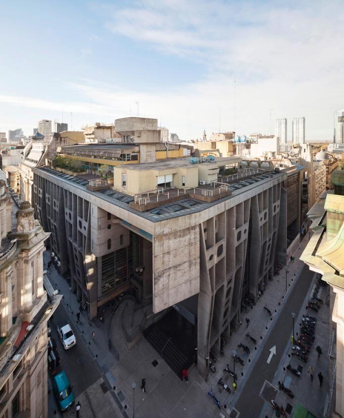 Vista exterior del Banco de Londres de Clorindo Testa y SEPRA. Fotografía ©Federico Cairoli.
