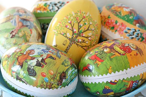 On Påskafton, (Holy Saturday or Easter Eve) young and old generally exchange Easter Eggs. Unlike in many other countries, these are made out of cardboard and feature chickens, bunnies and other images traditionally associated with Easter. Inside the giver has placed Easter treats; little eggs made out of chocolate or marzipan and other sweets. V