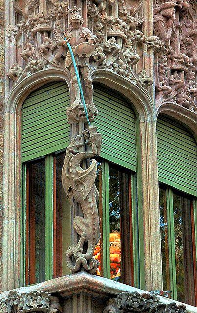 Sant Jordi i el drac en una façana de Barcelona #dragon #santordi