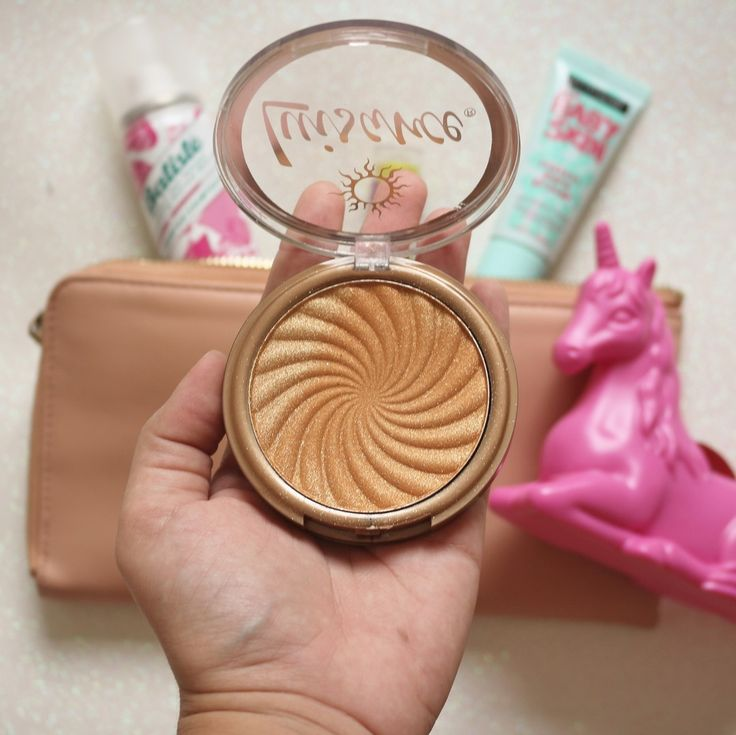 Semana passada eu fui no comercio atras de alguns produtinhos que vão aparecer em vídeo logo logo pra vocês (surpresaaa) e acabei levando esse lindão pra casa. É o iluminador/bronzer da luisance e custou só 12 reais(!!!!!) Ele dá um glow meio gliterinado mas aplicando com carinho ele fica bem legal em quem curte iluminador dourado. Não dura o dia todo mas fica umas 3h bem digno no rosto. Se vc gosta de brilho o dia todo é melhor levar na bolsa pra retocar. Esse foi o produto mais barato pra…