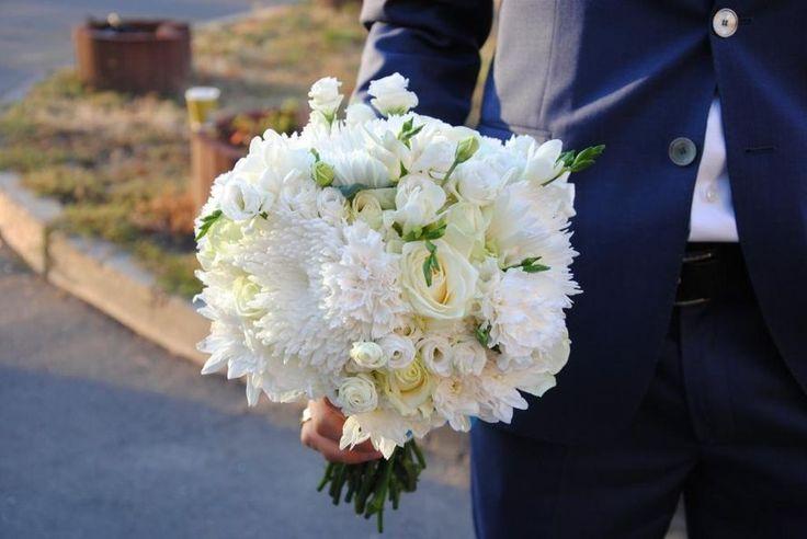 Белый букет невесты из роз, астр и эустом