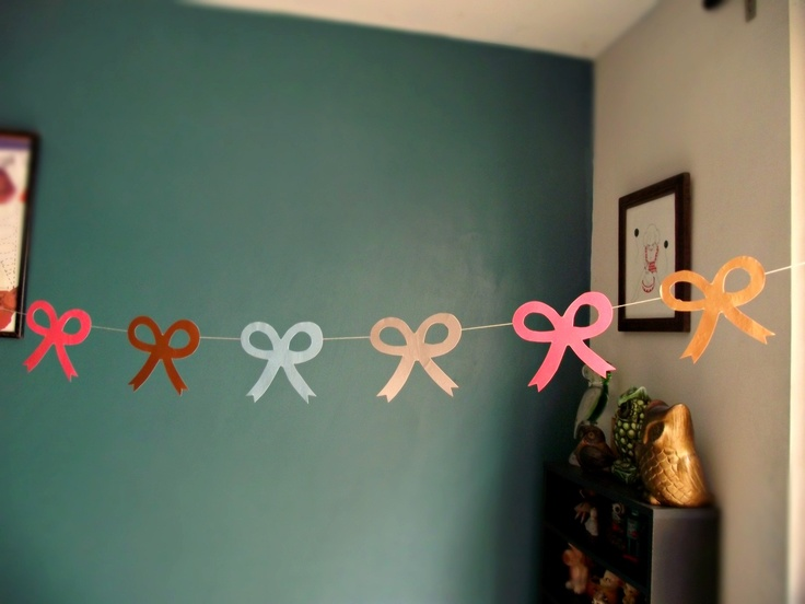 This is cute I kinda wanna do it in my room with bows made out of newspaper or sumthin :)
