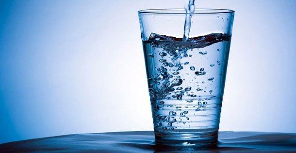 Beber água pode ajudar a melhorar o desempenho mental, pelo menos em certos testes do cérebro, sugere um pequeno estudo.