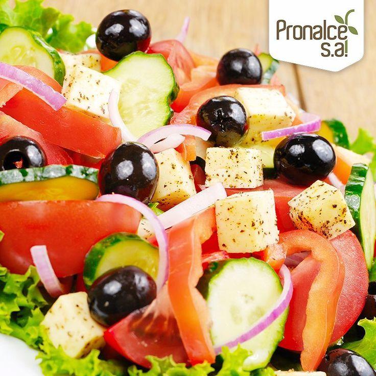 Sacia tu apetito con una ensalada grande.  Pero, ¡cuidado con las ensaladas grasas! Comer una ensalada con alto contenido en calorías, incluso una ensalada pequeña, puede impulsarnos a consumir más calorías que cuando no comemos nada de ensalada.