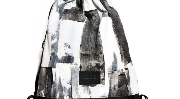 Tornazsák egyedi, kézzel festettabsztrakt, fekete-fehér csíkos mintával. Nők és férfiak is bátran hordhatják. A minta egyedi, kézzel készült, így némileg eltérhet a képen látottól.  Anyag: vászon, textilbőr, poliészter zsinór  Méret:46 x 40 cm   Szín: fekete-fehér
