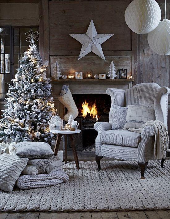 Ambiance très hivernal pour ce sapin. Tout de blanc vêtu, il est particulièrement joli au coin du feu. | Recevoir | Noël 2014: