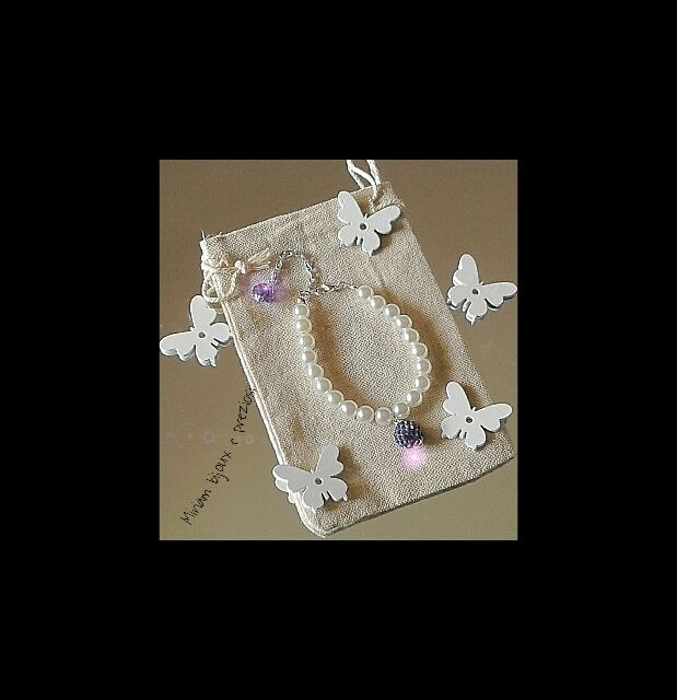 Bracciali: realizzato con perle in vetroresina, charms e mezzi cristalli color lavanda