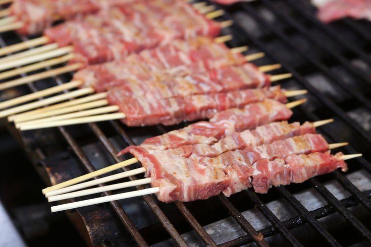 Come preparare gli arrosticini abruzzesi, succulenti spiedini a base di carne ovina.