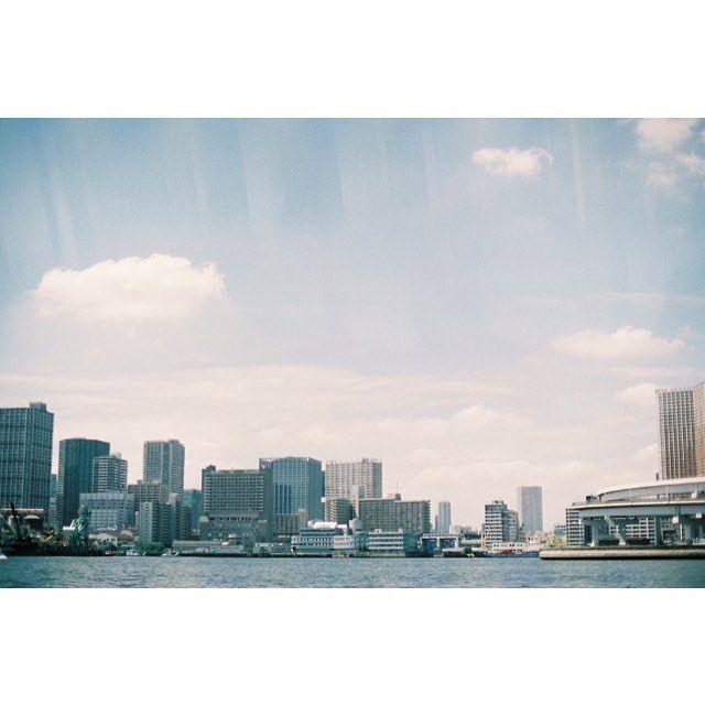 【chisatogura】さんのInstagramをピンしています。 《ぽっかり。 #minolta #minoltax700 #films #filmcamera #filmphotography #analog #analogfilm #35mm #35mmfilm #フィルムカメラ #フィルム写真 #期限切れフィルム #空 #海 #ビル #東京湾 #窓越し #fujifilm #iso400 #superia400》