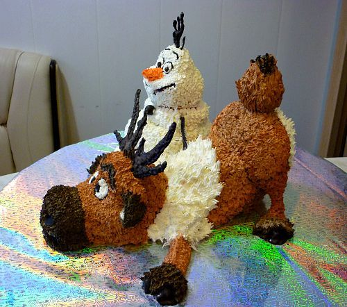 """Торт """" Холодное сердце """"  """" принцесса эльза """" кукла : маковые коржи ,крем вареная сгушенка ,брусника ,орех  """" Свен """"олень : бисквитные коржи ,шоколадный крем ,кедровый орех  """" Олаф """"снеговик : бисквит 3Д торт ,3D cake"""