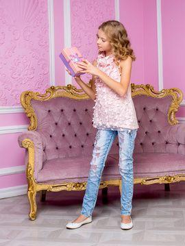 """Джинсы """"Сакура"""" Светло-голубые джинсы из двусторонней ткани (внутри- розовые нити), со стразами и цветочной отделкой"""