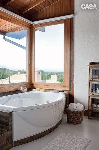 Apenas o banheiro da suíte recebeu persianas rolô na área do spa (Jacuzzi).