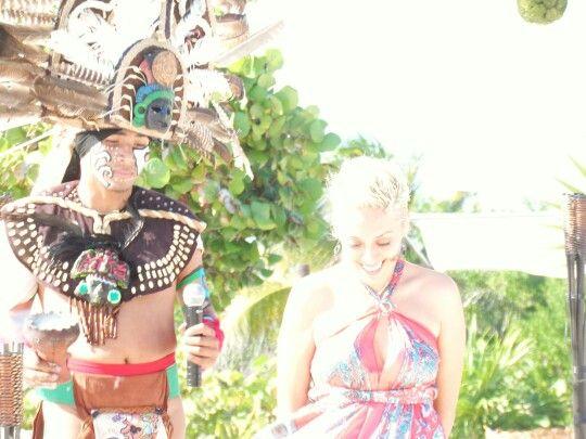 Entrega #AnillodeCompromiso en Ritual Maya #Cancun #LoveMemories #Weddings #CreamosMomentosMemorables