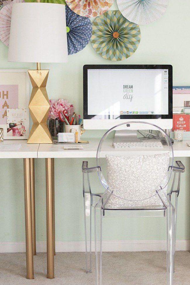 Una sedia trasparente è davvero sinonimo di pulizia e ordine! | 22 idee per decorare la vostra scrivania | #Home #Tips #Interiordesign #design