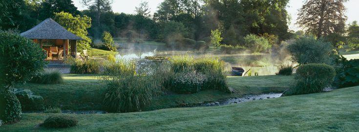 Révéler l'esprit du lieu… Une prairie gorgée d'eau devient un écosystème lacustre, lieu de promenade et de rêverie parmi étangs, ruisseaux et sources.