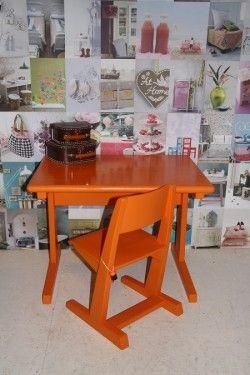 speeltafel en stoel. Kinderkamer of speelhoek. Oranje