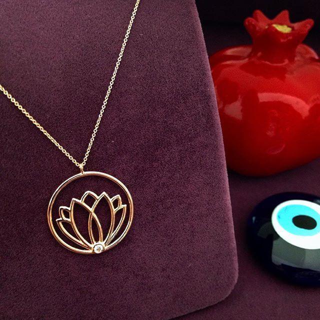 Lotus çiçeği kolye... Beyaz Lotus - Huzuru... Pembe Lotus - Aydınlanmayı... Kırmızı Lotus - Sevgiyi... Mavi Lotus - Bilgiyi... Mor Lotus - Maneviyatın simgesidir... Mireille Collection - Cemil Gezer www.instagram.com/mireillecollection www.mireillecollection.com