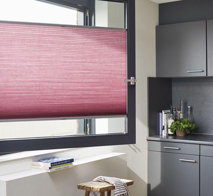 Smukt Duette gardin i pink spændt fast på vinduesrammen. Enkelt og elegant. #gardiner #køkken #luxaflex #luxaflexdk #duette #gardininspiration