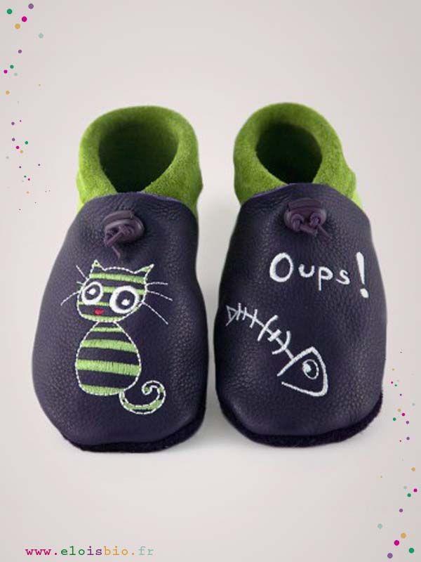Chaussons  « Oups!le chat » pour bébés et enfants. Ces chaussons sont réalisé en cuir écologique violet foncé et vert anis comme broderie sur le pied droit un chat et sur le gauche une arrête.