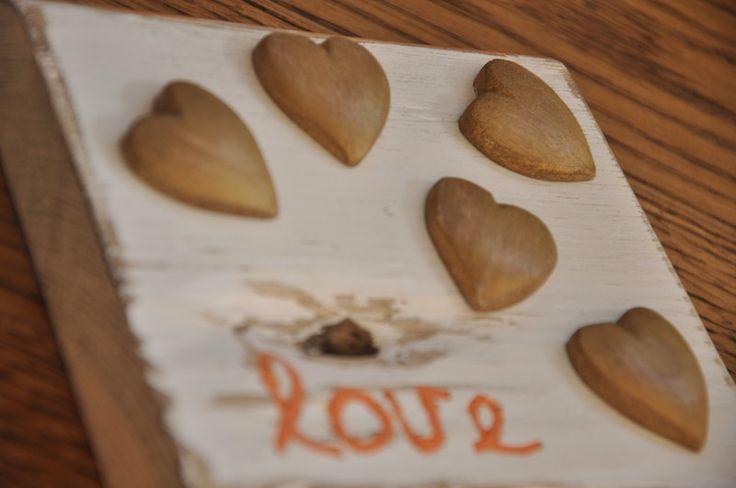Złote serca 'LOVE' - tabliczka na starej desce - OLDTREE - Dekoracje