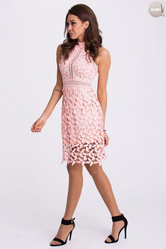 Brzoskwiniowa, dopasowana do sylwetki, elegancka sukienka w całości pokryta haftem. #sukienka #krótka #koktajlowa #kobieta #brzoskwiniowa #elegancka